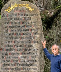 Karl Michael Ranftl an der renovierten Stele mit dem Wessobrunner Gebet