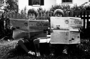 Kinder mit OHA Zeitungen