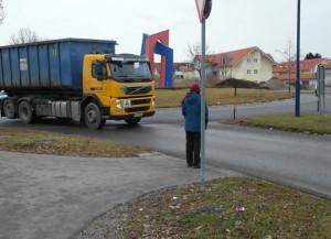 ... ohne Zebrastreifen in Schongau. Trotzdem hat diese Fußgängerin hier Vorrang.
