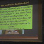 """Der Vortrag »Impfen: Ja oder Nein?« in Murnau war gut besucht, obwohl bereits im Vorfeld der Naturheilverein Oberland als Veranstalter im Murnauer Tagblatt heftiger Kritik ausgesetzt war. Hans Tolzin sei ein """"umstrittener Impfkritiker"""", hieß es. Er übe """"leider unwissenschaftlich und undifferenziert"""" Kritik, weil er ja als Nicht-Mediziner kein Experte sei. Der Referent lässt sich jedoch von derartigen Aussagen nicht beirren. Sein zentrales Anliegen ist, unabhängige Informationen über Impfungen anzubieten sowie deren Nebenwirkungen und Risiken aufzuzeigen, um vor allem Eltern ein eigenverantwortliches Handeln bei Impfentscheidungen zu ermöglichen. Wir bedanken uns bei Hans Tolzin, dass er auf Anfrage seinen Vortrag für den OHA zusammengefasst hat.smü"""