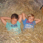 Foto: 2 Kinder liegen im Heu