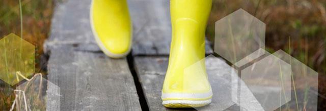 © Soili Jussila/Shutterstock; »Gummistiefel als Symbol der Klimaanpassung« Was haben Gummistiefel mit der Klimaanpassung zu tun? Sehr viel, denn mit häufigeren, witterungsbedingten Überschwemmungen müssen Versicherungsberater immer öfter überflutete Häuser begutachten. Gummistiefel schützen dabei nicht nur vor Nässe, sondern auch vor Stromschlägen. Während der Weiterbildung zum Klimastrategen dürfen unsere Berater zudem ins Moor steigen, um Klimaanpassung hautnah zu erleben. Da sind nachhaltig produzierte Gummistiefel gefragt, wie beispielsweise der Marke Green&Fair, aus fair gehandeltem und FSC zertifiziertem Naturkautschuk.