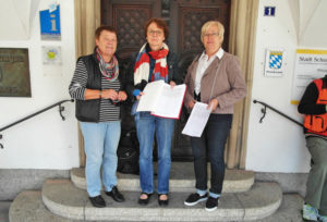 Foto: mit Unterschriftenlisten vor dem Rathaus